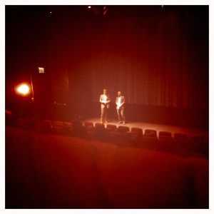 Koji Yamamura svarer på spørsmål på Cinemateket i Oslo, tolket av Magne Tørring.